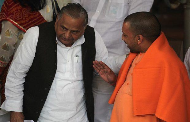 UP: सीएम योगी से मिले मुलायम सिंह यादव, सरकारी बंगला बचाने के लिए की चर्चा