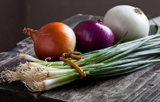 गर्मियों में कच्चा प्याज खाने के जबरदस्त फायदे, जान लेंगे तो रोज खाए बिना रह नहीं पाएंगे
