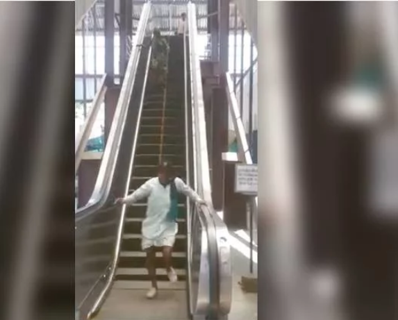 आसान नहीं है 'एस्केलेटर' से नीचे उतरना, यह वीडियो देख हँसते हँसते हो जायेंगे लोट पोट