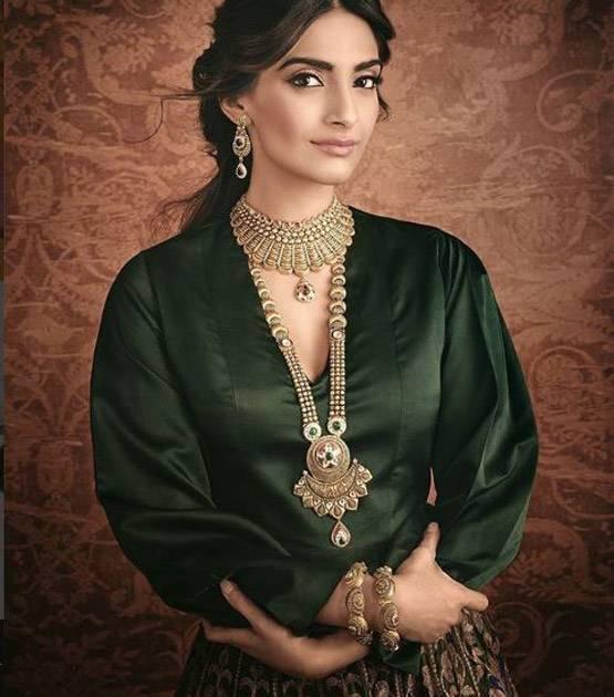 कपूर खानदान की बड़ी बेटी सोनम कपूर की शादी का कार्ड हुआ वायरल, देखे तस्वीरें...