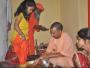 CM योगी ने नौ कन्याओं के पांव पखारने के बाद अपने हाथों से कराया भोजन