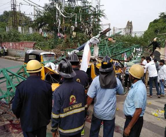 पुणे में सड़क पर गिरा फ्लेक्स बैनर, कई लोग हुए घायल