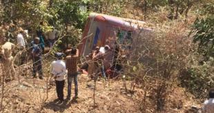 बड़ी घटना: छिंदवाड़ा में बस पलटने से तीन लोगों की मौत, 54 घायल