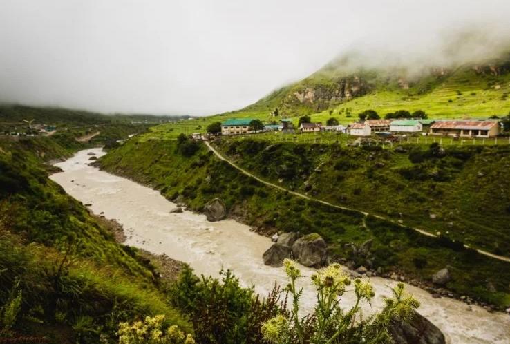 प्राकृतिक सुंदरता के लिए मशहूर है भारत का ये गांव, गर्मियों में बना सकते हैं यहाँ का घुमने का प्लान