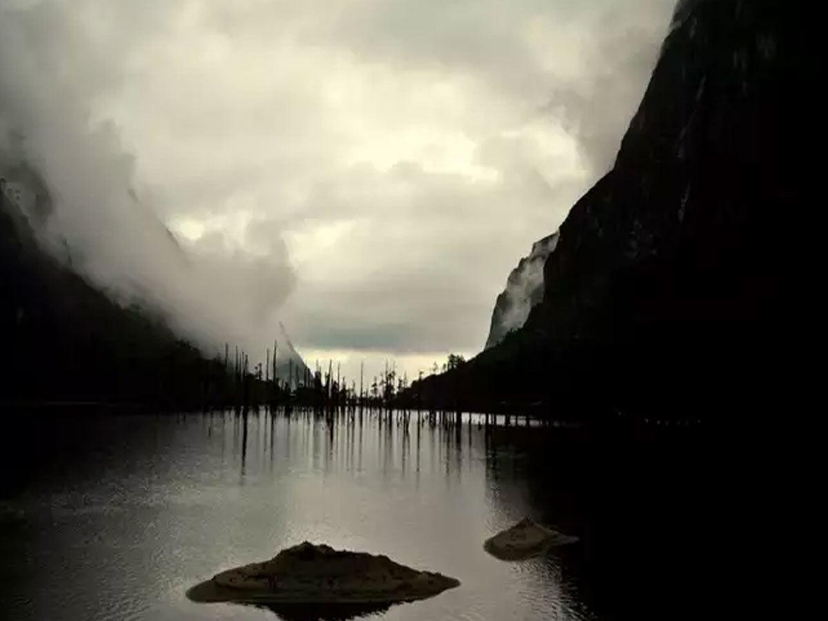 इस जगह की खूबसूरत झीलों, झरनों और चोटियों में बसता है इश्क, आप भी एक बार जरुर जाये...