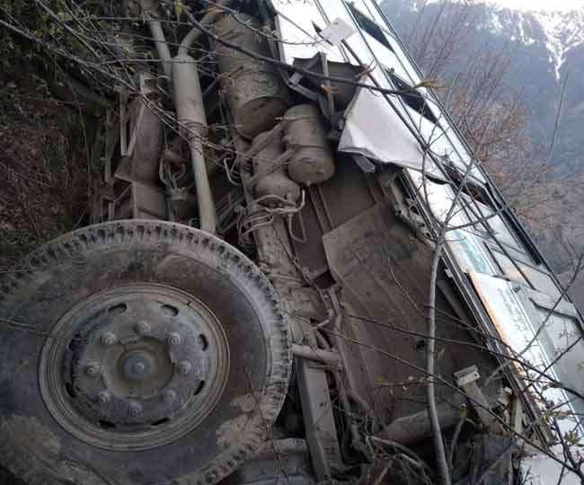 बड़ा हादसा: जोशीमठ के निकट खाई में लुढ़ककर पत्थर पर अटकी बस, पांच लोग घायल