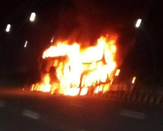 बड़ी घटना: आगरा-लखनऊ एक्सप्रेस वे पर रोडवेज की AC बस में लगी आग, 4 की हुई मौत