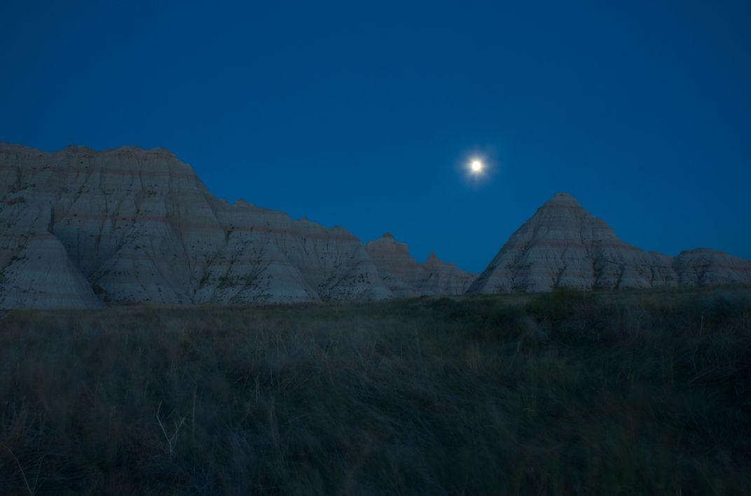 इस होली पर आसमान में चमक रहे चंद्रमा को कर लीजिए प्रसन्न, हर दिशा से घर में आएगा धन...