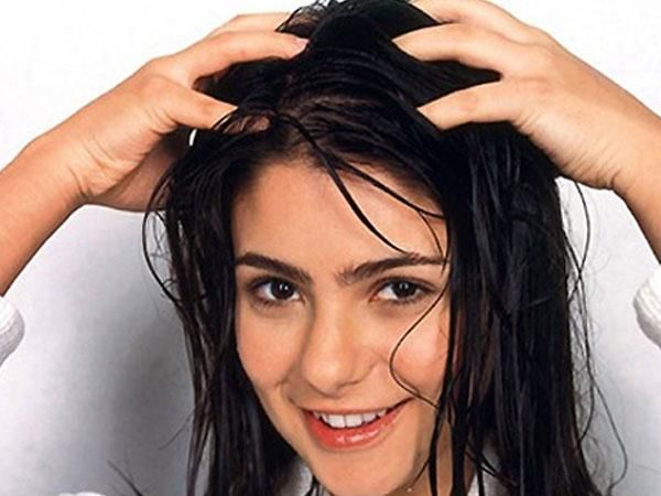 तेल लगाने से बाल चिपचिपे होते हैं तो इसके अलावा इन तरीकों से बना सकती हैं बालो को स्मूथ