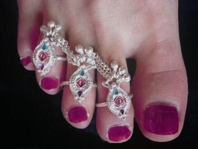 बिछिया पहनने वाली शादीशुदा महिलाएं हो जाएं सावधान, इसके गलत प्रयोग से आपके पति हो जाएंगे कंगाल