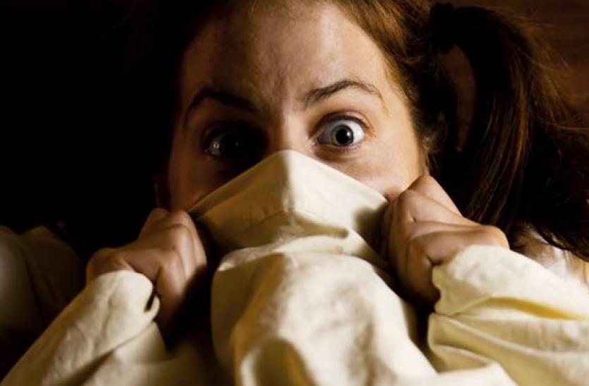 रात में डरावने सपनों ने उड़ा रखी है आपकी नींद, तो ये ज्योतिषीय उपाय दिलाएँगे आपको डर से राहत