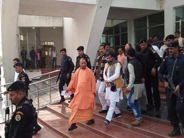 पीएम मोदी की रैली स्थल पर तैयारियों का जायजा लेने के लिए कानपुर पहुंचे सीएम योगी