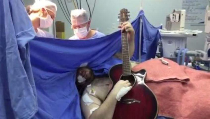 Photo of डॉक्टर कर रहे थे ब्रेन सर्जरी, और मरीज कर रहा था ये अनोखा काम