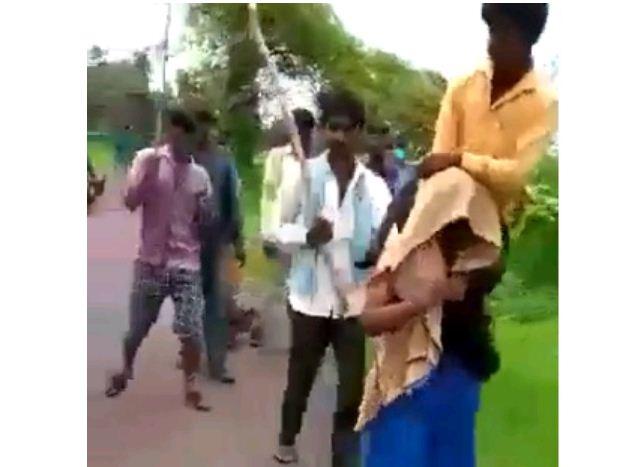 Photo of वीडियो: लोगों ने महिला के कंधे पर पति बैठाकर गांव में घुमाया, वजह जानकर हो जाओगे हैरान…