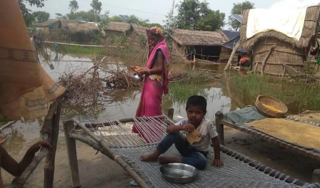 Photo of घाघरा नदी खतरे के निशान से ऊपर, बाढ़ग्रस्त क्षेत्र के ग्रामीणों को हो रही दिक्कतें