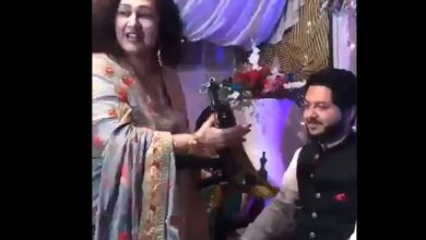 Photo of पाक में शादी के दौरान महिला ने दूल्हे को दिया एके-47 राइफल गिफ्ट…देखें वीडियो