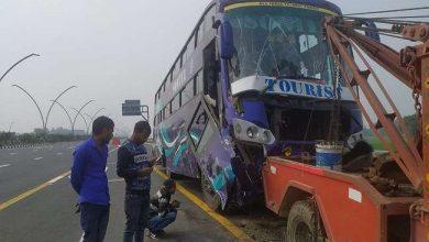 Photo of आगरा-लखनऊ एक्सप्रेस वे पर कार अनियंत्रित होकर खड़ी बस में जा घुसी, छह लेखपाल घायल, राजस्व निरीक्षक की हुई मौत