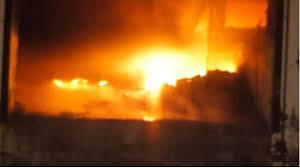 Photo of लखनऊ: गद्दे के गोदाम में लगी भीषण आग, दो बच्चों की मौत और…
