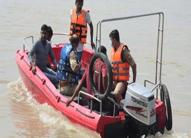 Photo of रामनगरी अयोध्या में काफा तेज बहाव वाली सरयू नदी में स्नान करने के दौरान आगरा के परिवार के 12 लोग पानी में बहे, बच्ची सहित सात को बचाया गया