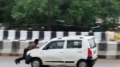 Photo of कानपुर के जाजमऊ फ्लाइओवर पर बोनट पर लटका युवक जान बख्शने की भीख मांगता रहा, नहीं पसीजे कार सवार…