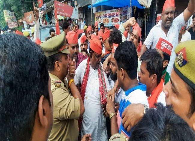 Photo of लखीमपुर जाने की जिद पकड़े सपा नेताओं और कार्यकर्ताओं ने किया जमकर विरोध प्रदर्शन, कार्यालय के बाहर पुलिस से हुई धक्का-मुक्की….
