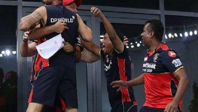 Photo of आखिरी गेंद पर छक्का लगाया तो खुशी से झूम उठे कप्तान कोहली, देखिए वीडियो