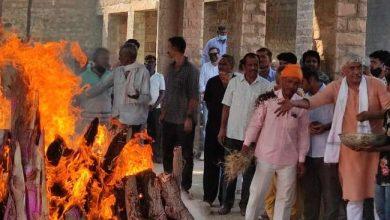 Photo of केन्द्रीय जल शक्ति मंत्री गजेन्द्र सिंह शेखावत की माताश्री मोहन कंवर चम्पावत की पार्थिव देह पंच तत्वों में हुई विलीन, अन्तिम संस्कार में उमड़ी भीड़