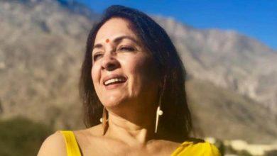 Photo of Neena Gupta ने अब सालों बाद अपनी ऑटोबायॉग्रफी 'सच कहूं तो' में खोलें अपनी जिंदगी के कई राज