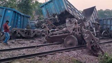 Photo of नई दिल्ली-हावड़ा रेल रूट पर मालगाड़ी हुई डिरेल और कई 24 वैगन पलटने से उखड़ा ट्रैक