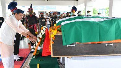 Photo of CM श्री पुष्कर सिंह धामी ने शहीद हुए सूबेदार अजय सिंह और नायक हरेंद्र सिंह के पार्थिव देह पर पुष्पचक्र अर्पित कर दी श्रद्धांजलि